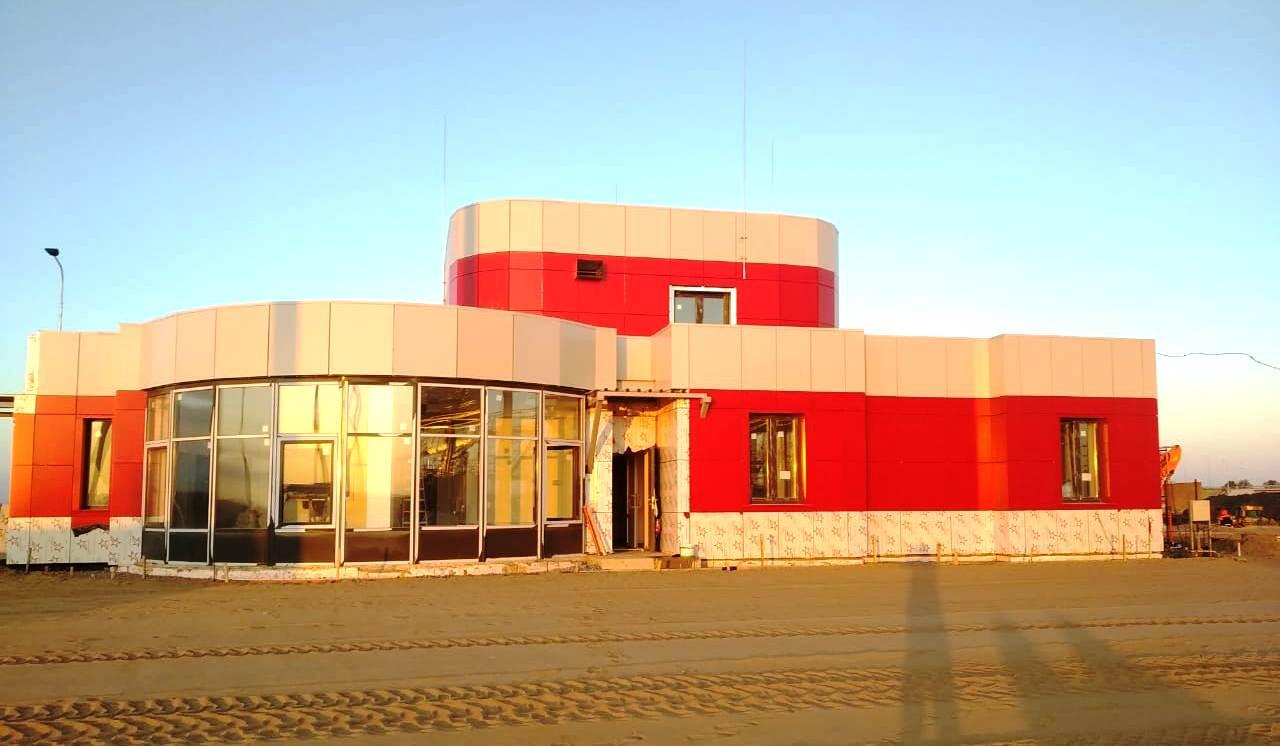 Устройство вентилируемого фасада из композитных панелей